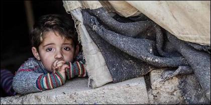 Un niño huido d ela geurra, en un campo de refugiados de Siria.