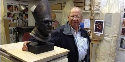Gaspar Romero mira un busto de su hermano