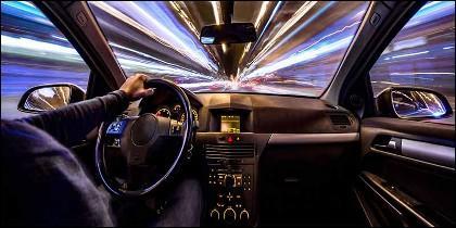 El conductor al volante del coche.