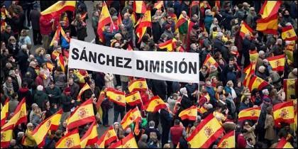 Los manifestantes por España de este 10 de febrero de 2019 exigen la dimisión de Pedro Sánchez.