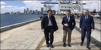 El presidente de la Xunta, Alberto Núñez Feijóo, y el conselleiro de Economía, Francisco Conde, en la visita al Puerto de Miami.