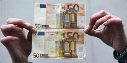 Un billete de 50 euros auténtico y uno falso.