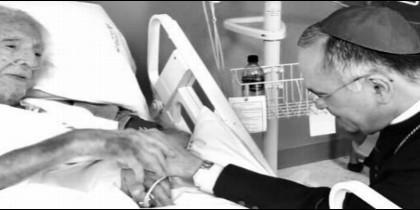 Monseñor Silvio Báez recibe la bendición del cura y poeta Ernesto Cardenal