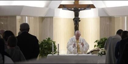 Francisco celebrando misa en Santa Marta