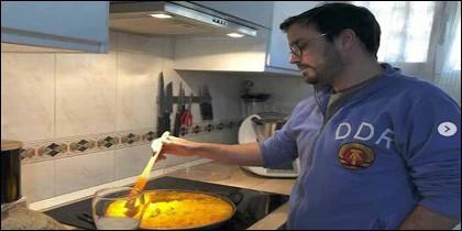 Alberto Garzón cocina con sudadera de la DDR y una Thermomix de 1.000 €.