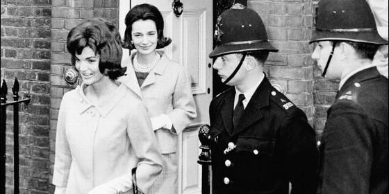 Jacqueline Kennedy seguida por su hermana Lee Radziwill