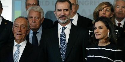 El rey Felipe Vi, el presidente de Portugal Marcelo Rebelo de Sousa, la Reina Letizia y el expresidente del gobierno Felipe González