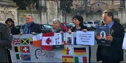 Víctimas de abusos del clero se manifiestan en Roma
