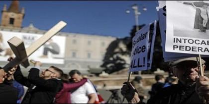 Víctimas de abusos clericales marchan en Roma
