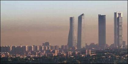 El skyline de Madrid con la 'boina' de la contaminación.
