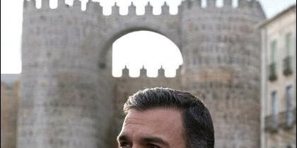 Pedro Sánchez junto a la muralla de Ávila