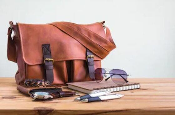 43f04f565 En las pasarelas internacionales de moda para hombre los modelos ya  desfilan a menudo con bolsos de mano, carteras o bandoleras. Marcas como JW  Anderson, ...
