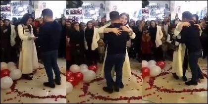 La pareja detenida en Irán por protagonizar esta emotiva propuesta de matrimonio.