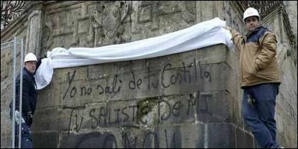 Pintada contra la Iglesia Católica en la Catedral de Santiago de Compostela.