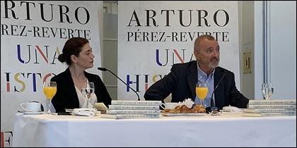 Arturo Pérez-Reverte presentando su nuevo libro.