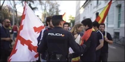 Los policías y los jóvenes con banderas españolas