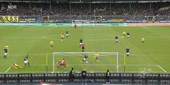 El increíble fallo de Manuel Janzer, en la tercera división de la liga alemana.