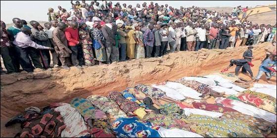 Aldeanos cristianos entierran a familiares masacrados en Nigeria.