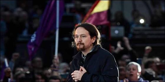 Pablo Iglesias con la bandera republicana y la enseña morada de Podemos.