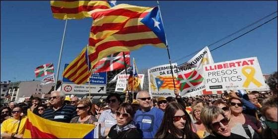 Ikurriñas proetarras, esteladas independentistas y otros símbolos en la 'coalición de golpistas' de la manifestación de Alsasua.