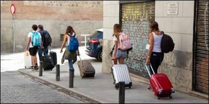 Jóvenes a la búsqueda de su piso turístico en Madrid.