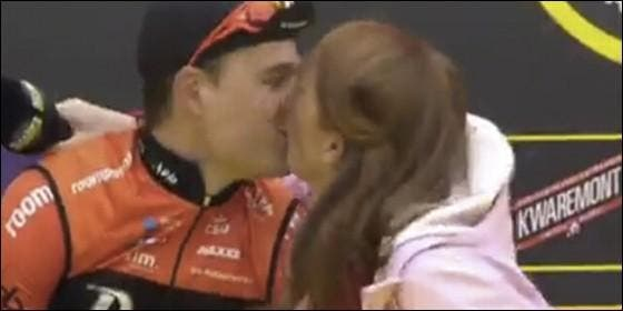Periodista besó accidentalmente los labios de un ciclista en plena entrevista