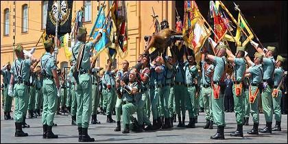 Los tres ejércitos, la Guardia Civil y la Guardia real participan en procesiones de Semana Santa en España.
