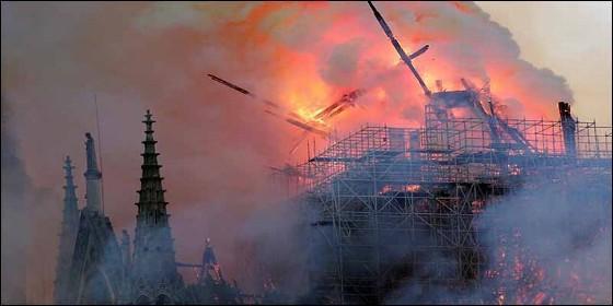 La catedral de Notre Dame de París en llamas.
