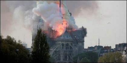 El incendio de la catedral de Notre Dame de París.