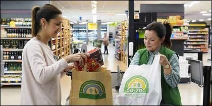 El supermercado, la compra, el consumo y las bolsas de plástico y papel.