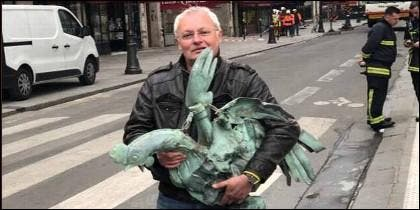 Jacques Chanut, con el gallo de la catedral de Notre Dame.
