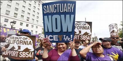 Angelinos hispanos se manifiestan a favor de la ley de 'Estado santuario' de California.