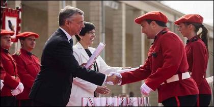 El lehendakari, Iñigo Urkullu, junto a la consejera de Seguridad, Estefanía Beltrán de Heredia, entregan diplomas a la Ertzaintza