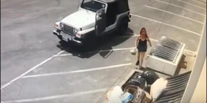 Mujer tira a los cachorros en una basura