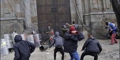 Un grupo de vándalos carga contra el principal templo de Bogotá.