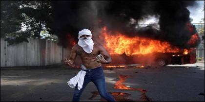 Venezuela: un manifestante protesta contra la dictadura chavista.