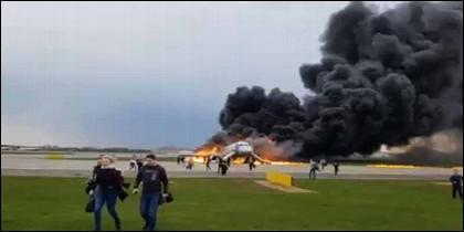El avión de Aeroflot en llamas en el aeropuerto de Moscú.
