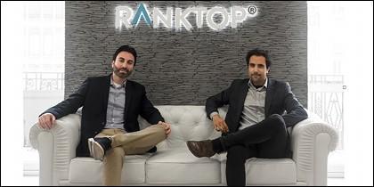 (de izquierda a derecha) Andrés Calatayud y Jordi Berbegal, en el Hall de las oficinas centrales de RankTop