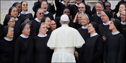 El Papa Francisco y las monjas de la Iglesia Católica.