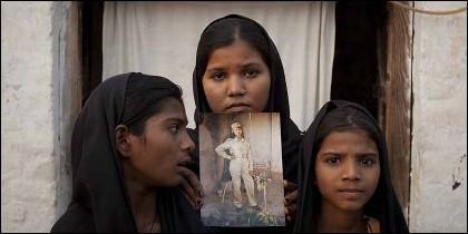 Las hijas de Asia Bibi con la foto de su madre.