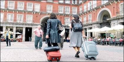 Viajeros a la búsqueda de su piso turístico en Madrid.