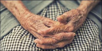 Manos, soledad, edad, pensión, vejez.