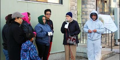 La hermana Linda Lukiewski rezando el Rosario.