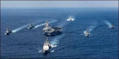 El USS Abraham Lincoln, el poderoso portaaviones de EEUU, escoltado entre otros por la fragata española Méndez Núñez.