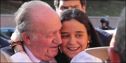 El Rey Juan Carlos recibe el abrazo de su nieta Victoria Federica.