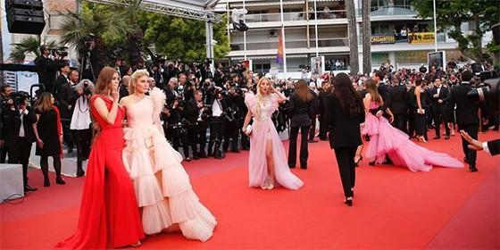 Elle Fanning se desmaya por ajustado vestido en Cannes