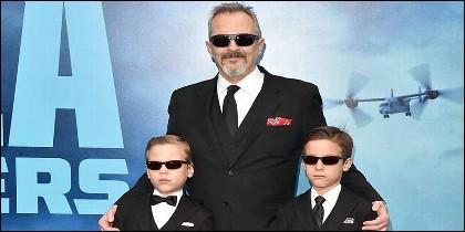 Miguel Bosé con sus dos hijos, Tadeo y Diego.