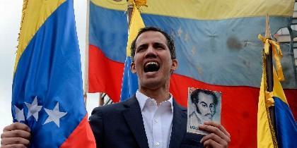 Juan Guaidó con la Constitución ilustrada con Simón Bolívar
