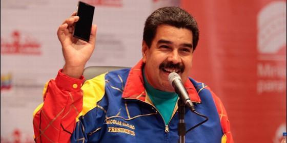 Nicolás Maduro con un móvil