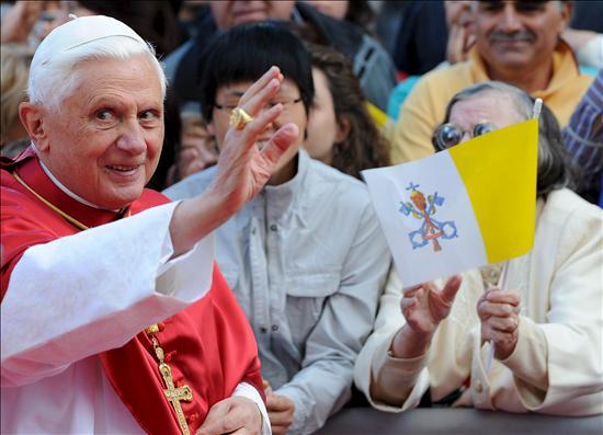 El papa Benedicto XVI saluda a los fieles a su llegada a la catedral de Albano Laziale, en la provincia de Roma, Italia, el pasado domingo